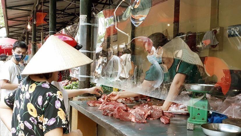 Người tiêu dùng mua thực phẩm tại chợ Bách Khoa (quận Hai Bà Trưng)