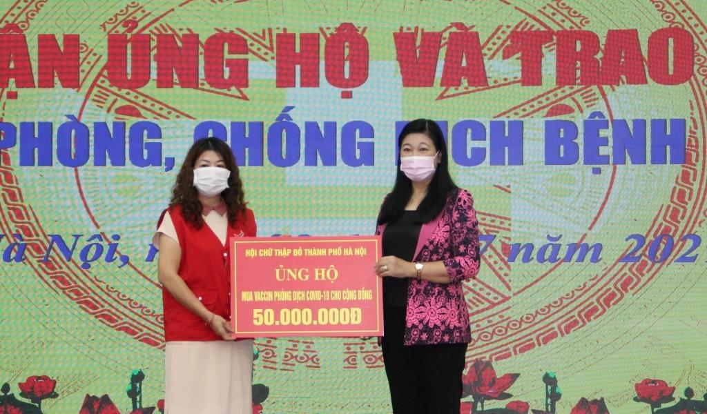 Chủ tịch Ủy ban MTTQ Việt Nam TP Hà Nội Nguyễn Lan Hương tiếp nhận ủng hộ tại chương trình