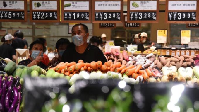 Khách hàng mua rau tại một siêu thị vào ngày 9 tháng 9 năm 2021 ở Hàm Đan, tỉnh Hà Bắc, Trung Quốc. Ảnh: VCG   Getty Images.