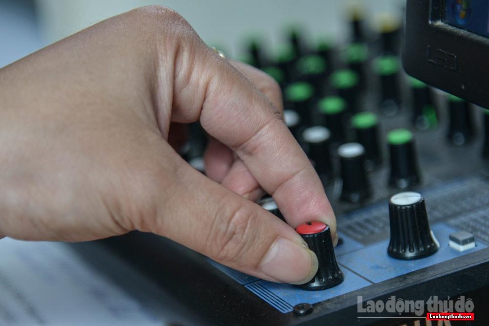Trước mỗi buổi phát thanh, chị Tâm thường phải chuẩn bị kỹ lưỡng, từ công đoạn chỉnh âm thanh...