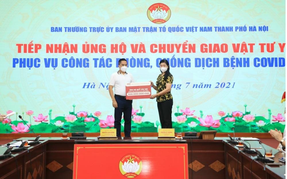 Chủ tịch Ủy ban Mặt trận Tổ quốc Việt Nam thành phố Hà Nội Nguyễn Lan Hương tiếp nhận ủng hộ 500 triệu đồng từ Công ty TNHH Dịch vụ - Du lịch NNT Việt Nam.