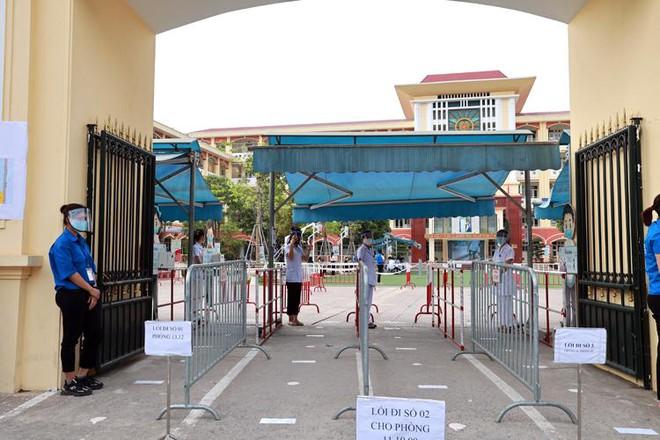 Diễn tập chuẩn bị cho kỳ thi tốt nghiệp THPT tại một điểm thi ở Hà Nội