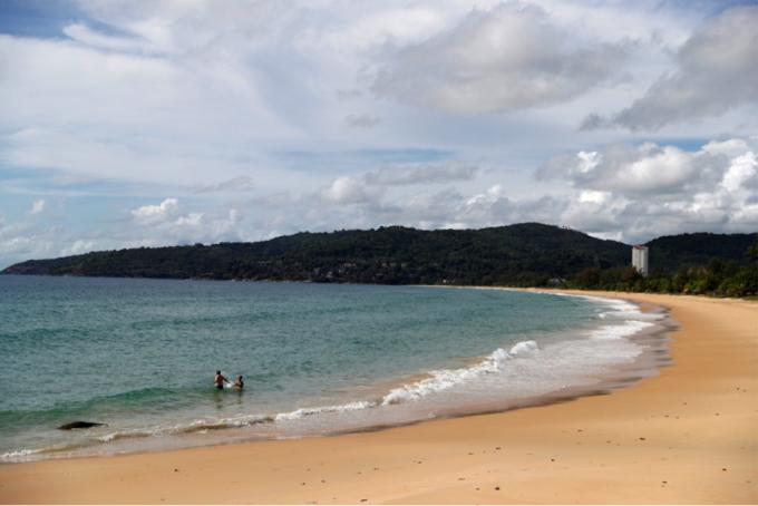 Năm 2019, trước khi đại dịch Covid-19 xảy ra, Thái Lan đón tiếp gần 40 triệu lượt khách quốc tế, mang lại nguồn thu 60 tỷ USD. Nhưng Covid-19 đã khiến ngành du lịch tại đây giảm mạnh. Hình ảnh cho thấy một bãi biển vắng bóng khách du lịch tại Thái Lan. Ảnh: Reuters.