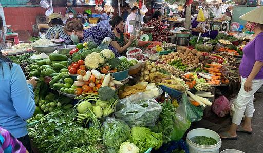 Giá lương thực, thực phẩm tại các chợ dân sinh TP.HCM tăng gấp đôi.