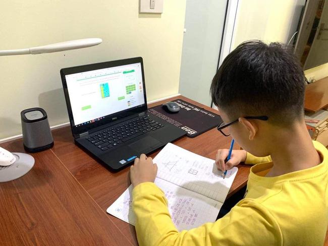 """Sau kỳ nghỉ lễ 30/4 và 1/5, học sinh nhiều tỉnh/thành tiếp tục thực hiện phương châm """"Tạm dừng đến trường không dừng học"""", chuyển từ hình thức học trực tiếp sang học trực tuyến."""