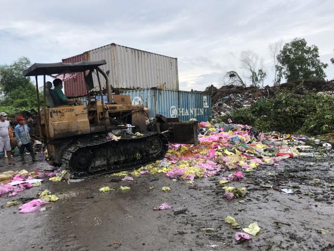 Lực lượng chức năng tiến hành tiêu hủy số lượng lớn hàng hóa nhập lậu.