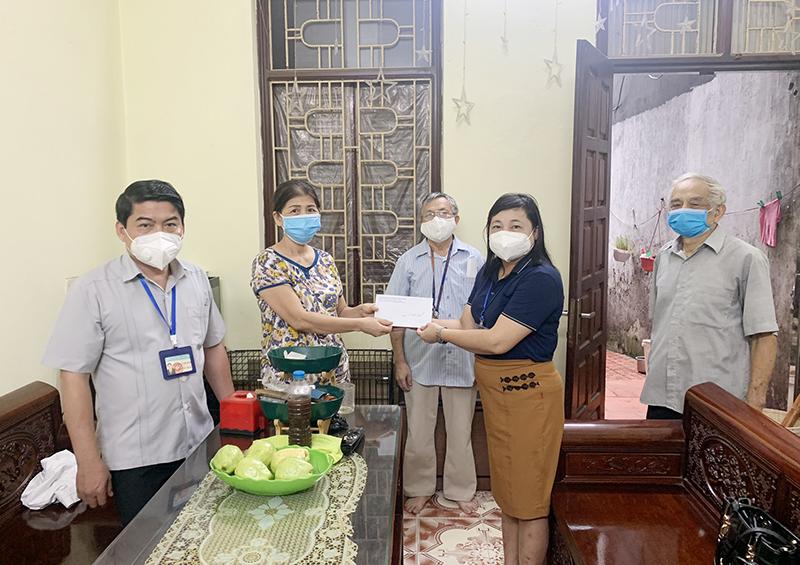 Lãnh đạo phường Quốc Tử Giám (quận Đống Đa) trao hỗ trợ cho người lao động tự do