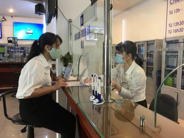 Cô Trương Thị Thu Hiền - Giáo viên trường Mầm non Đức Trí đăng ký vào hồ sơ để nhận hỗ trợ kinh phí hỗ trợ cho người lao động gặp khó khăn do đại dịch Covid-19. Ảnh: Thủy Trúc.