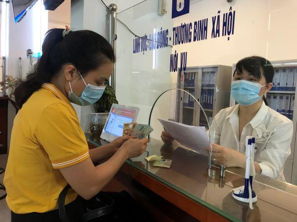 Cô Lê Thị Trang - Giáo viên trường Mầm non Đức Trí xúc động khi được Đảng và Nhà nước quan tâm, hỗ trợ kinh phí cho giáo viên, người lao động không có thu nhập trong thời kỳ dịch bệnh Covid-19.