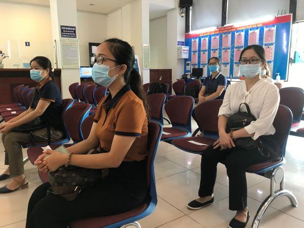Các giáo viên trường Mầm non Đức Trí (phường Xa La, quận Hà Đông) đang ngồi chờ để nhận kinh phí hỗ trợ sau thời gian nghỉ việc không hưởng lương. Ảnh: Thủy Trúc.