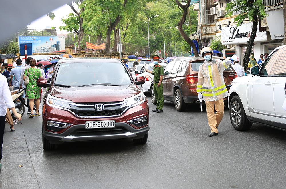 Lực lượng chức năng luôn túc trực để điều tiết giao thông và bảo đảm an ninh trật tự.