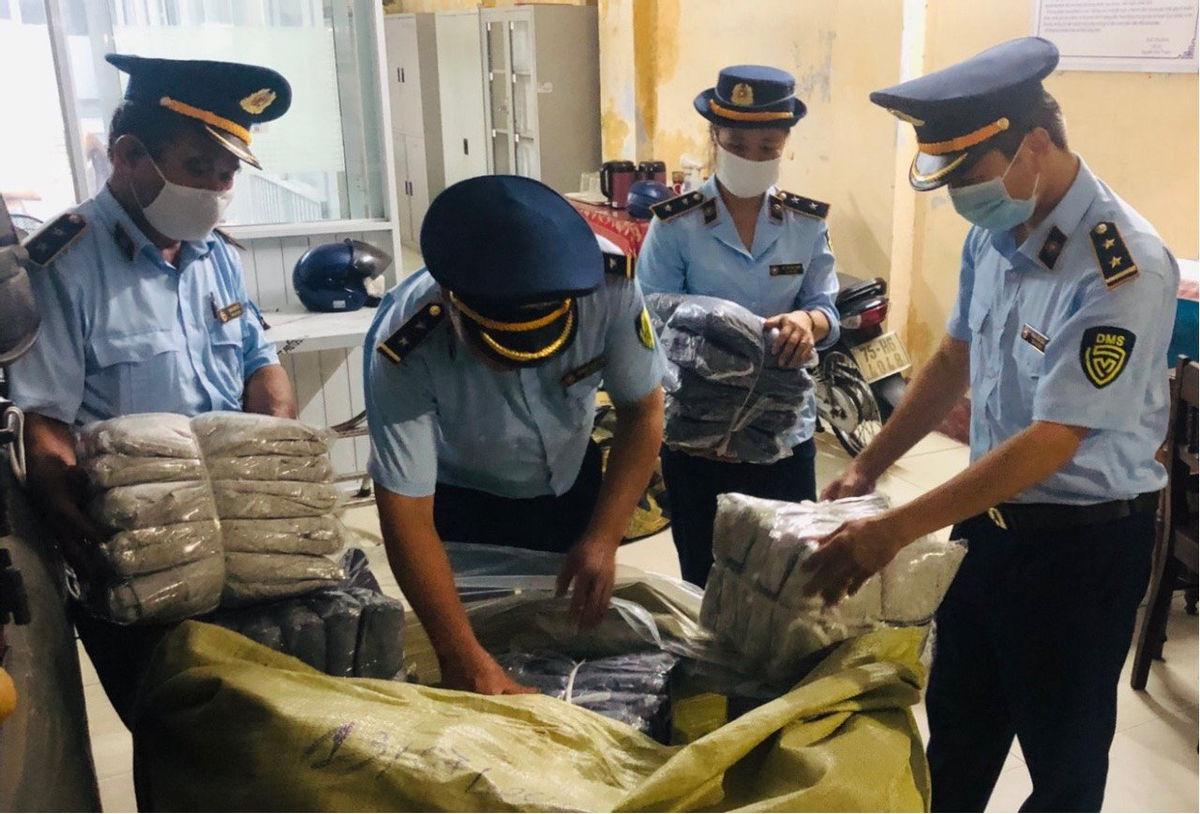 Đội QLTT số 2, Cục QLTT Thừa Thiên Huế đã phát hiện, tạm giữ 1.165 áo may sẵn các loại mang nhãn hiệu Lacoste.