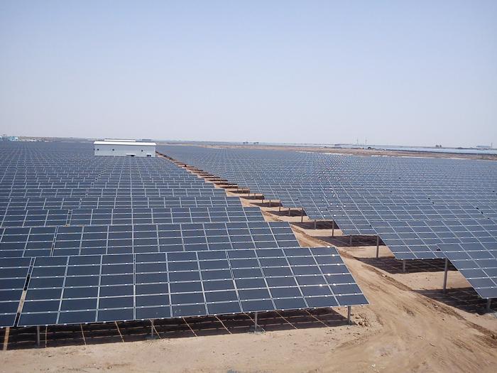 Công viên năng lượng tái tạo lớn nhất thế giới đã chính thức được khởi công xây dựng tại bang Gurajat (phía Tây Ấn Độ). (Ảnh: pv-magazine.com)