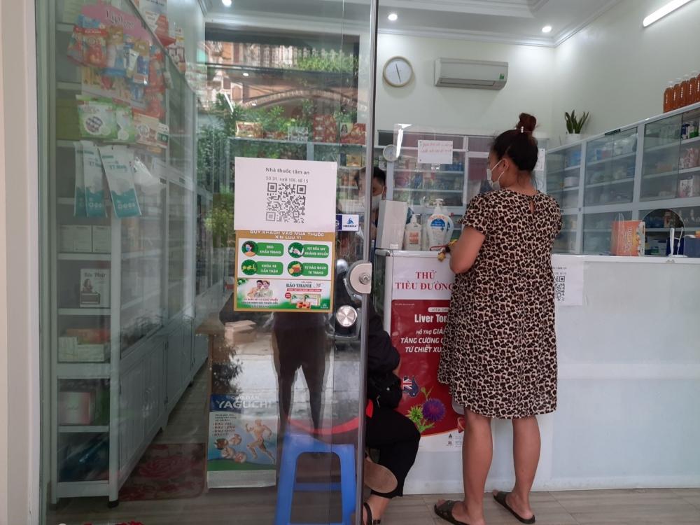 Tại các cơ sở bán thuốc, mã QR được tạo và dán ngay tại vị trí trước cửa phục vụ nhu cầu quét mã của khách hàng
