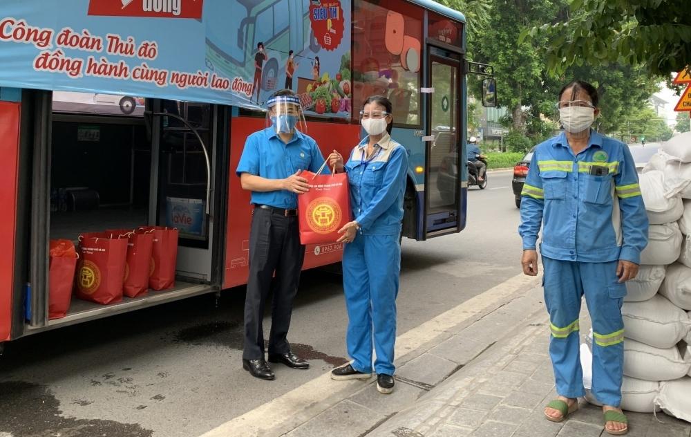 Phó Chủ tịch LĐLĐ Thành phố Nguyễn Chính Hữu trao hỗ trợ cho người lao động khó khăn, bị ảnh hưởng dịch bệnh Covid-19 (Ảnh minh họa: P. Ngân)