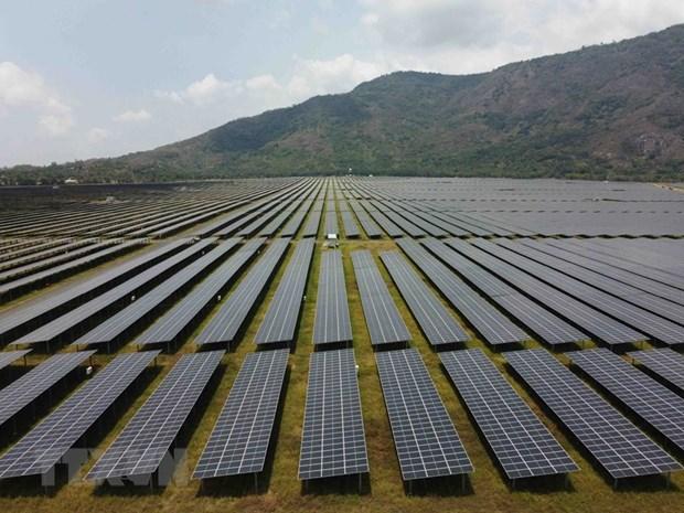 Cánh đồng pin năng lượng mặt trời dưới chân Núi Cấm của Nhà máy điện mặt trời Sao Mai-An Giang. (Nguồn: TTXVN)