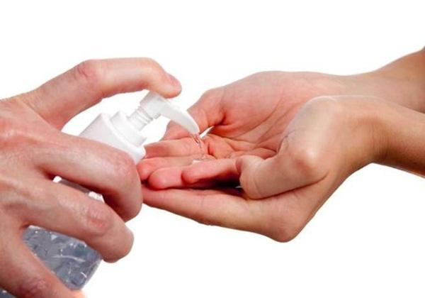 Có thể rửa tay bằng nước với xà phòng hoặc dùng dung dịch sát khuẩn tay (Ảnh minh họa)