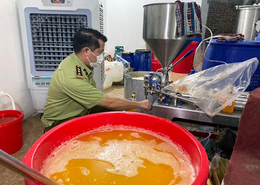 Phó Cục trưởng Cục Quản lý thị trường Hà Nội kiểm tra cách thức sản xuất hàng giả