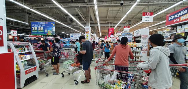 Người dân đi siêu thị mua lương thực, thực phẩm trước ngày TP.HCM giãn các xã hội.