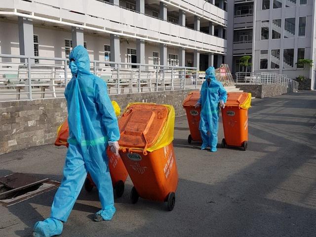 Thu gom rác thải trong khu cách ly tập trung tại TP.HCM.