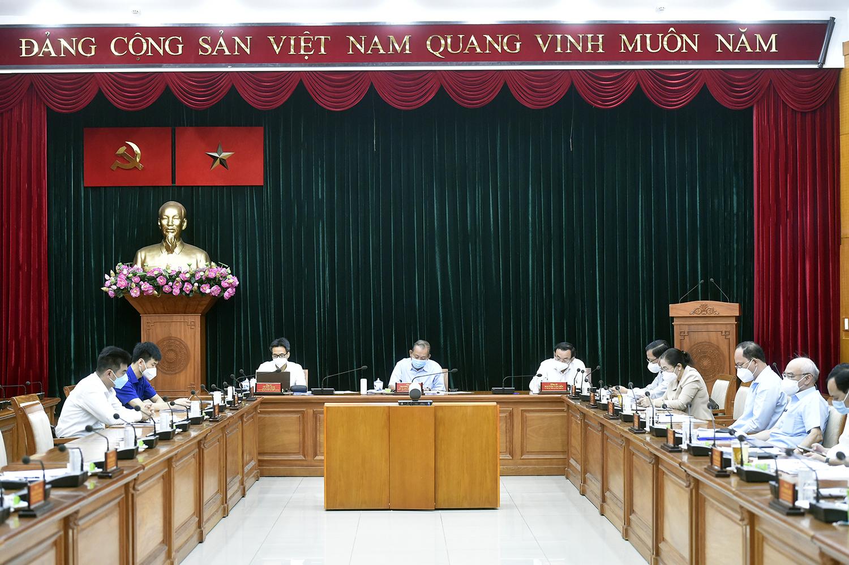 Phó Thủ tướng Thường trực Trương Hòa Bình, Phó Thủ tướng Vũ Đức Đam, Bí thư Thành ủy TPHCM Nguyễn Văn Nên dự họp tại đầu cầu TPHCM. Ảnh VGP/Đình Nam