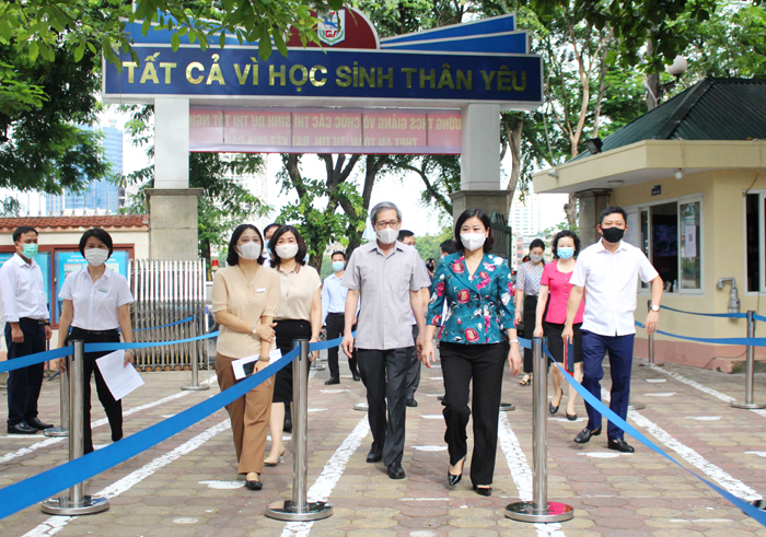 Phó Bí thư Thường trực Thành ủy Nguyễn Thị Tuyến kiểm tra tại điểm thi Trường THCS Giảng Võ