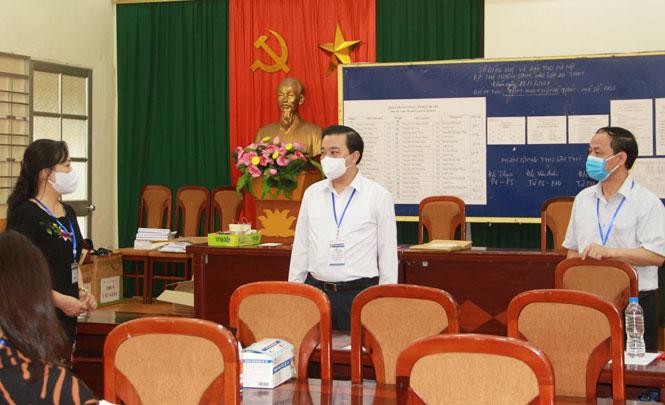 Phó Chủ tịch UBND thành phố, Trưởng ban Chỉ đạo thi, tuyển sinh thành phố Chử Xuân Dũng kiểm tra tại điểm thi Trường THPT Phạm Hồng Thái (quận Ba Đình).