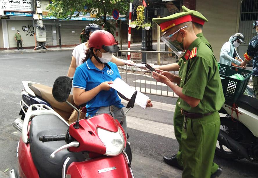 Giấy đi đường đều được tổ công tác Công an quận Hoàn Kiếm chụp ảnh.