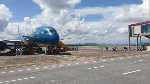 """Chuyến bay chở 297 công dân Việt Nam có """"hộ chiếu vaccine"""" hạ cánh xuống sân bay Vân Đồn, ngày 4/9. Ảnh: Báo Giao thông"""