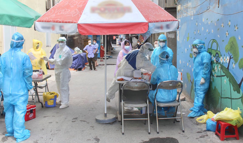 Trung tâm Y tế quận Thanh Xuân lấy mẫu xét nghiệm cho người dân khu vực phong tỏa.