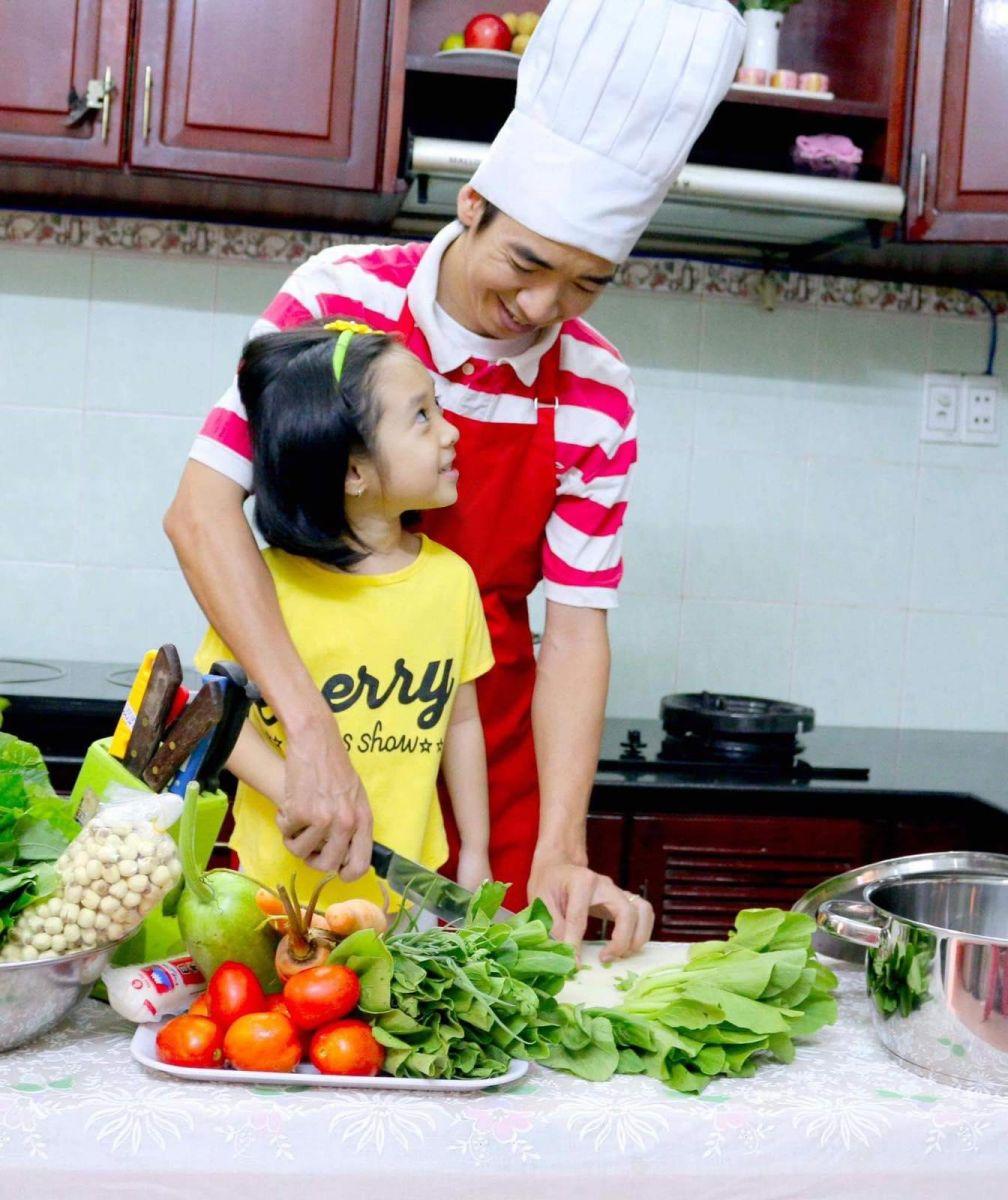 Con gái và anh Toàn cũng rất tích cực đầu tư hình ảnh, tạo dáng để mẹ chụp lại và khoe với mọi người trên Facebook.