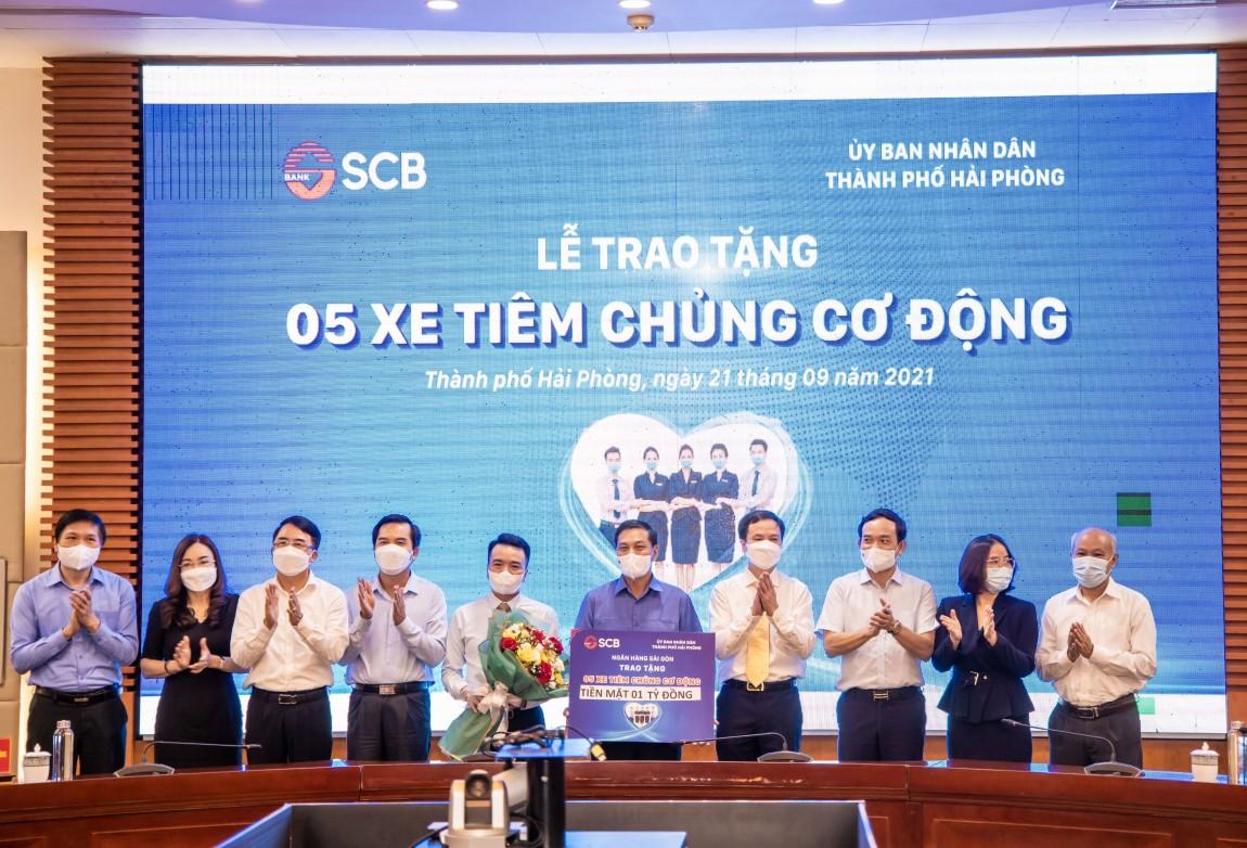 Ông Kiều Quang Vinh - Giám đốc Vùng 11 của SCB, đã đại diện SCB trao tặng 05 xe tiêm chủng cơ động cho đại diện Chính quyền thành phố Hải Phòng.