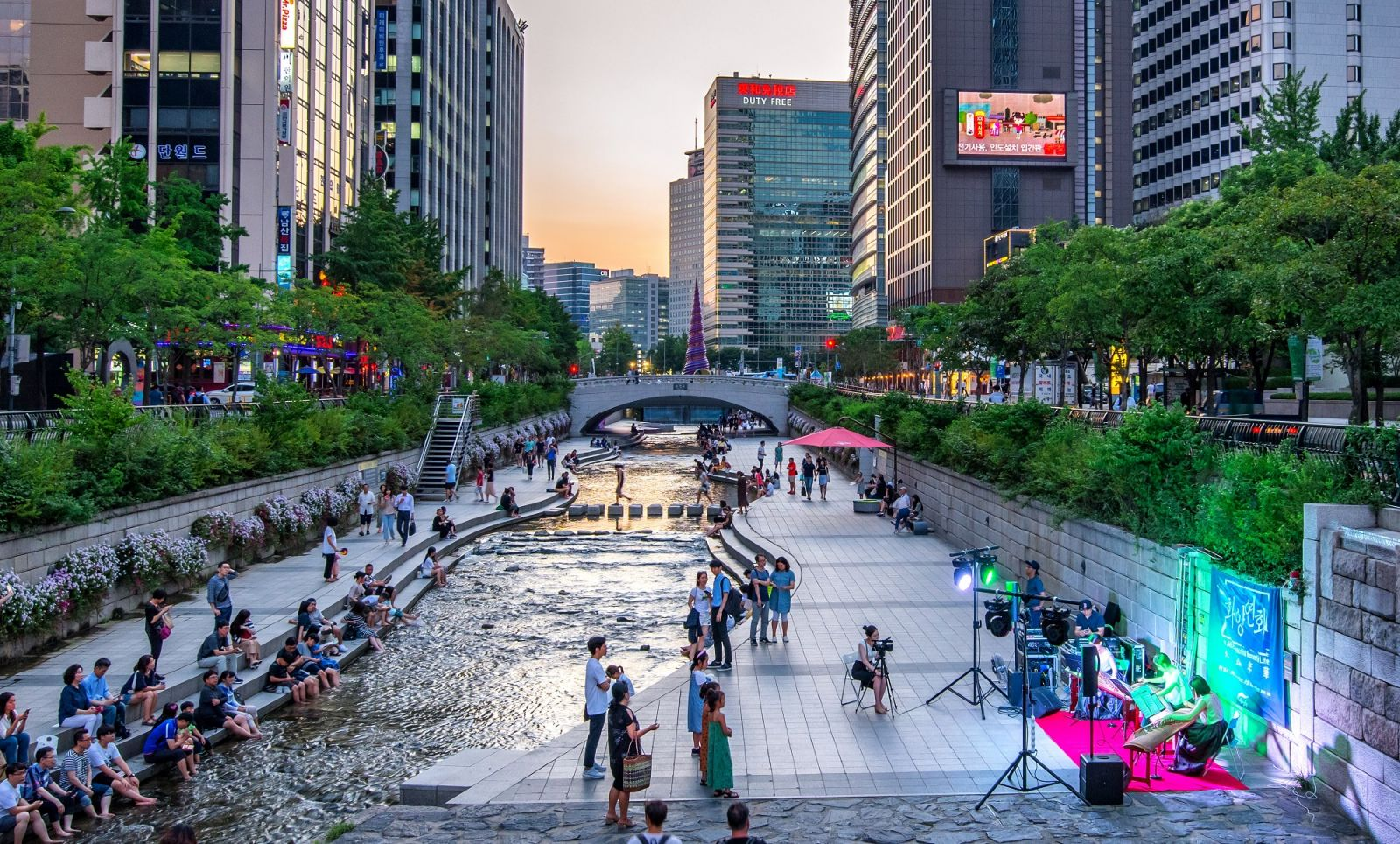 Dòng suối Cheonggyecheon được cải tạo, trở thành địa điểm dạo bộ, thư giãn, vui chơi lý tưởng của người dân Seoul và du khách.