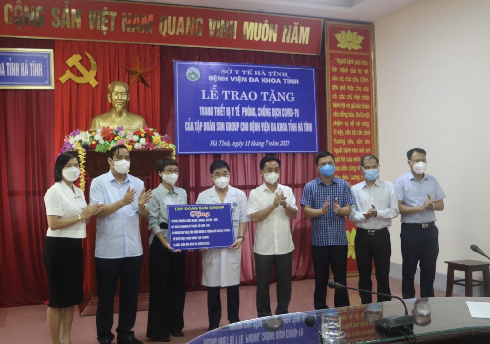 Lễ trao tặng trang thiết bị y tế phòng chống dịch Covid-19 của Sun Group cho BVĐK Hà Tĩnh (2)