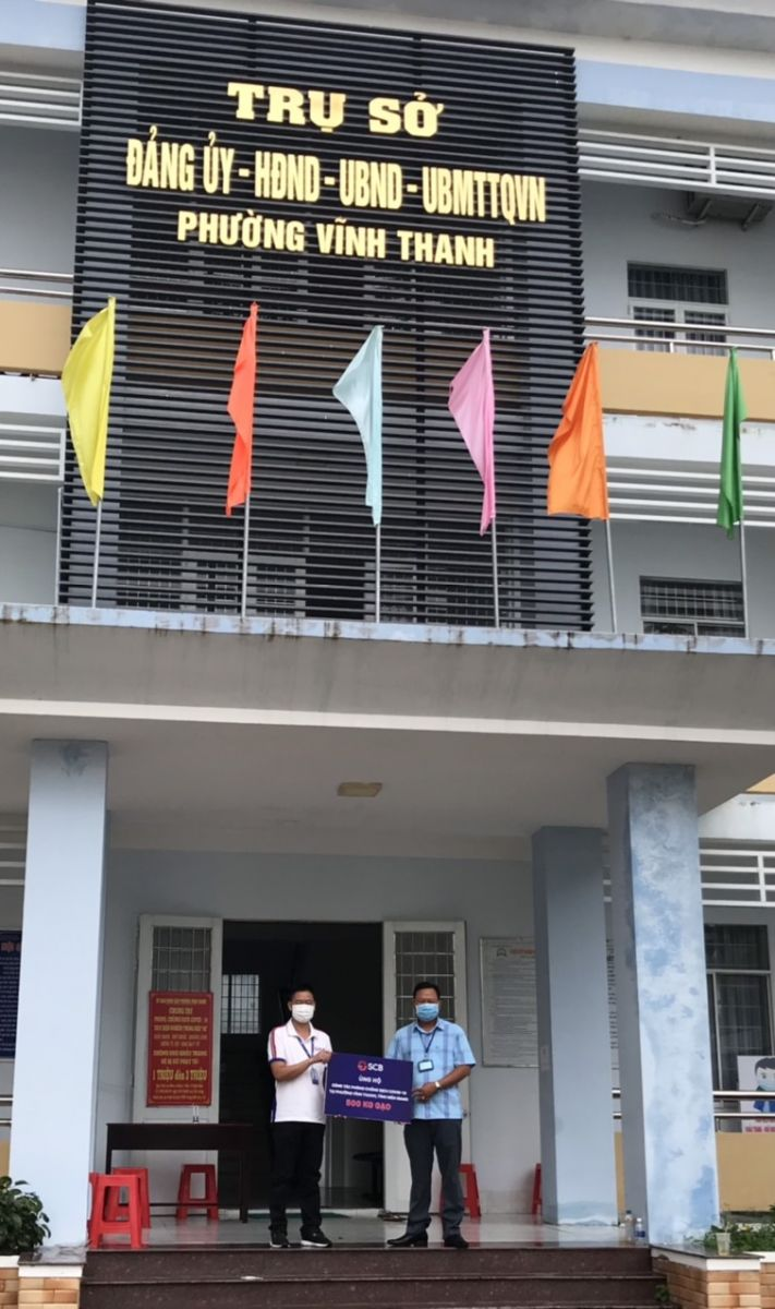 SCB Kiên Giang trao tặng Phường Vĩnh Thanh, tỉnh Kiên Giang 500kg gạo.