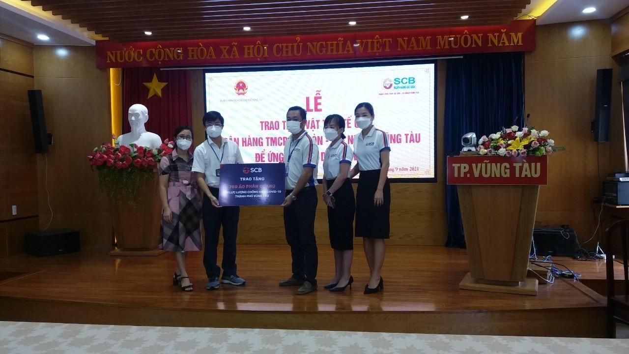 SCB Vũng Tàu tặng 700 áo phản quang cho công tác phòng chống dịch của tỉnh.
