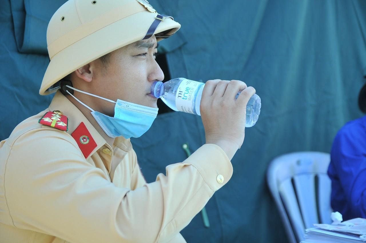 Phút nghỉ ngơi giữa trưa nắng gắt của chiến sĩ cảnh sát giao thông tại một chốt phong tỏa phòng chống dịch trên đại bàn tỉnh Nghệ An.