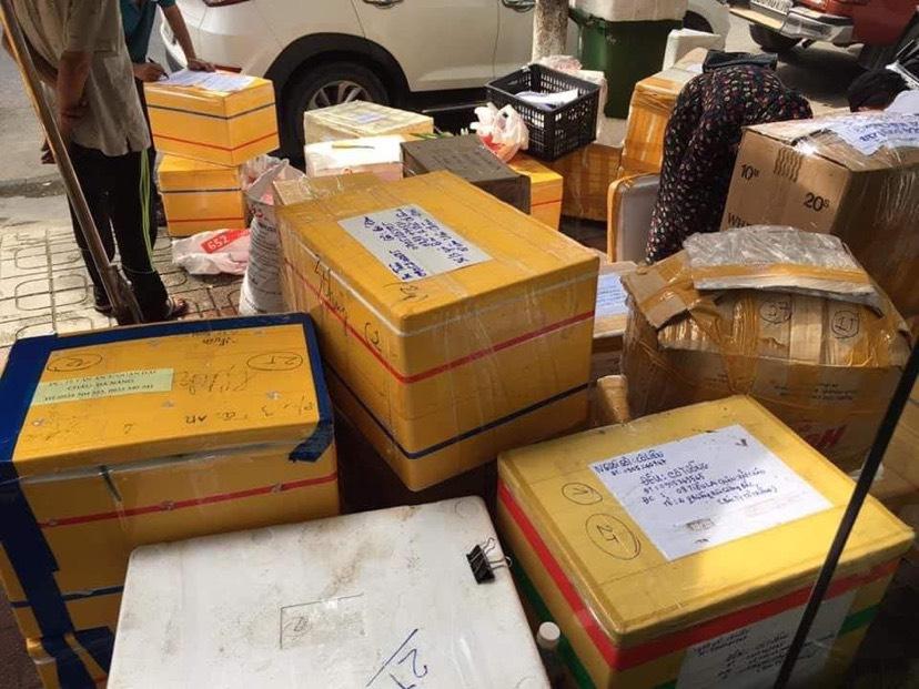 Rất nhiều thùng hàng đã được đóng và chuẩn bị mang đi vận chuyển đến TP. Đà Nẵng.