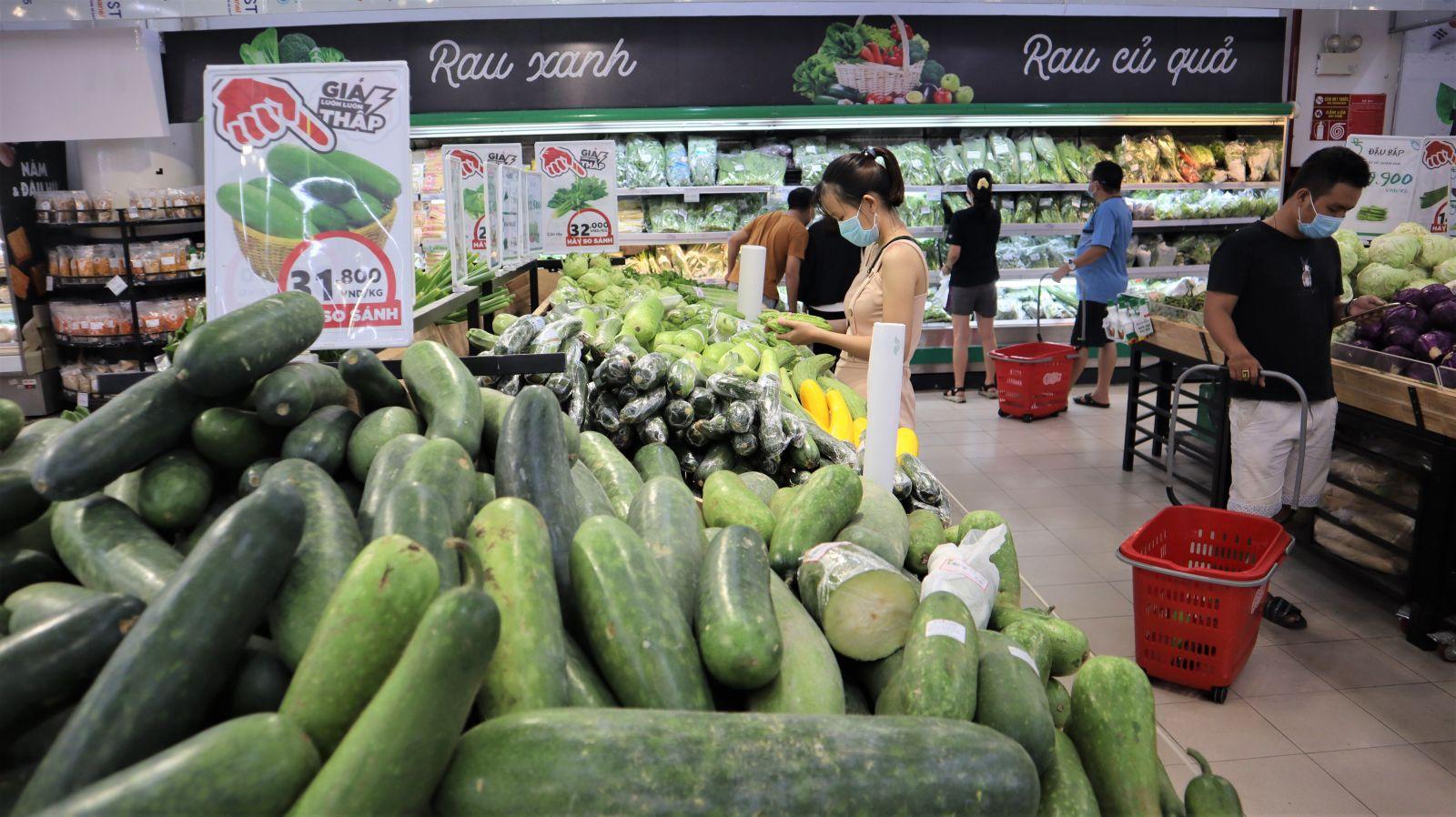 Hàng hóa tại các siêu thị đa dạng và đầy đủ. Đặc biệt, mặt hàng rau củ quả luôn dồi dào