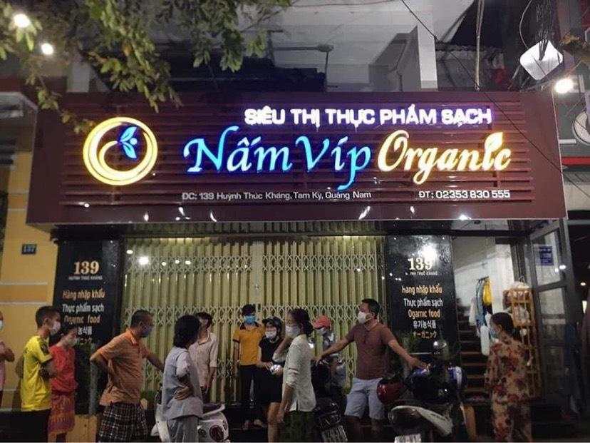 Nhiều khách hàng tập trung tại cửa hàng yêu cầu đại diện giải thích lý do tại sao giao hàng không đúng hẹn, người quen tại Đà Nẵng chưa nhận được, hàng hoá kém chất lượng…