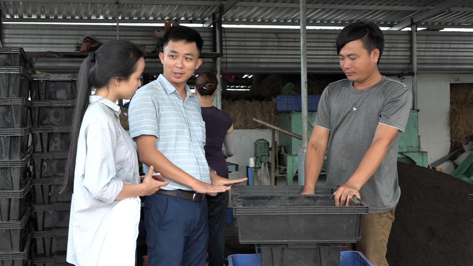 Anh Tú (đứng giữa) đến gặp gỡ anh Võ Văn Trúc, đối tác cung cấp giun quế tại huyện Thăng Bình, tỉnh Quảng Nam