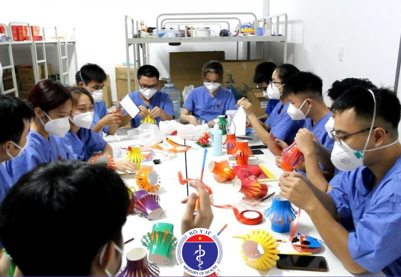 : Các cán bộ, sinh viên của Trường Đại học Y dược Thái Bình cắt đèn lồng Trung thu. Ảnh: Bộ Y tế