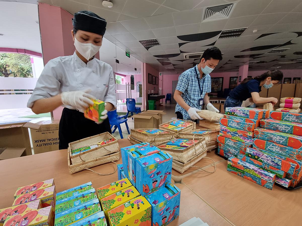 Những chiếc bánh chở yêu thương từ Hà Nội vào TPHCM, mang niềm vui nhỏ bé mùa Trung thu cho các em nhỏ F0