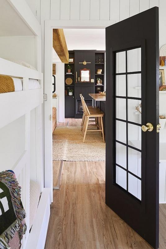 Bước vào từ cửa có thể cảm nhận rõ không gian được thiết kế bằng bảng màu trung tính