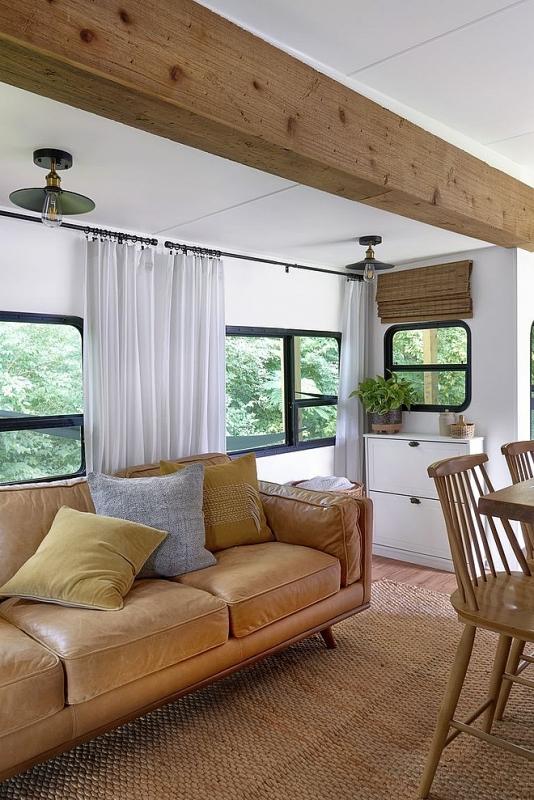 Phòng khách tiện nghi và thoáng đãng với đầy đủ ghế sofa, thảm...