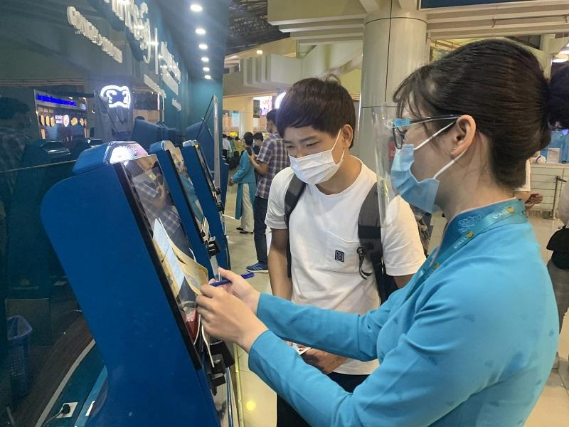 Nhân viên hàng không hướng dẫn hành khách khai báo y tế. Ảnh: Công Thọ
