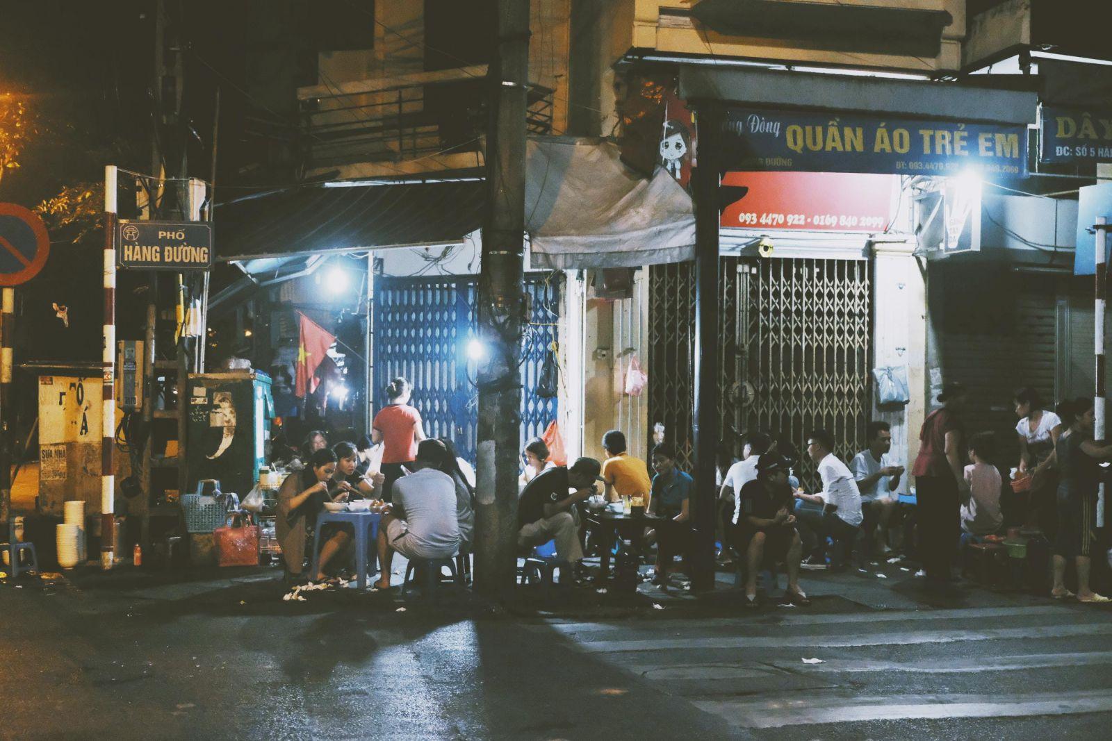 Quán phở gánh nổi tiếng nằm ở ngã tư Hàng Đường - Hàng Chiếu, chỉ mở bán lúc 3h sáng. (Ảnh: Hanoi TV)