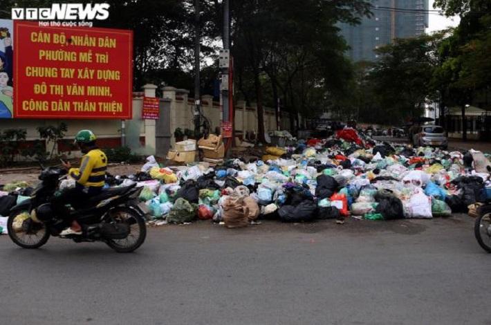 Rác thải chất đống ở phường Mễ Trì. (Ảnh: VTCNews)