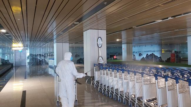 Sân bay được phun xịt khử trùng thường xuyên.