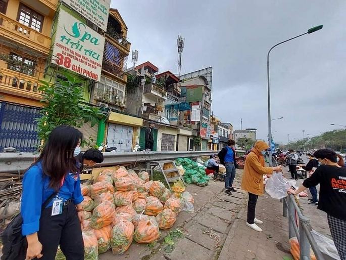 Điểm tập kết nông sản của nông dân Hải Dương tại đường Giải Phóng (ảnh H.P)